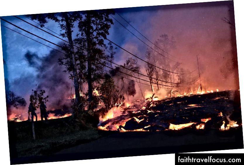 Dung nham từ khe nứt núi lửa Kīlauea tiến lên một khu dân cư ở Leilani Estates. Các quan chức nhấn mạnh rằng các vụ phun trào cho đến nay chỉ ảnh hưởng đến một phần nhỏ của hòn đảo. (Hình ảnh Mario Tama / Getty)