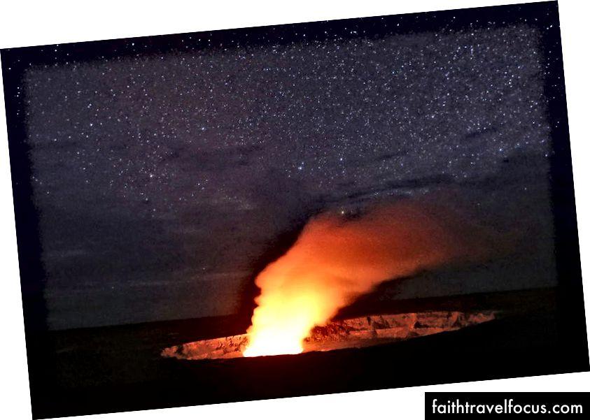 Những ngôi sao tỏa sáng phía trên khi một chùm khói bốc lên từ miệng núi lửa Halemaʻumaʻu, được chiếu sáng bởi ánh sáng từ miệng núi lửa Lava, trong đỉnh núi lửa Kīlauea tại Công viên Quốc gia Núi lửa Hawaii vào ngày 9 tháng 5 năm 2018 tại Hawaii. Cơ quan Khảo sát Địa chất Hoa Kỳ cho biết việc hạ thấp hồ dung nham gần đây tại miệng núi lửa 'đã làm tăng tiềm năng cho các vụ phun trào nổ ở núi lửa. (Hình ảnh Mario Tama / Getty)