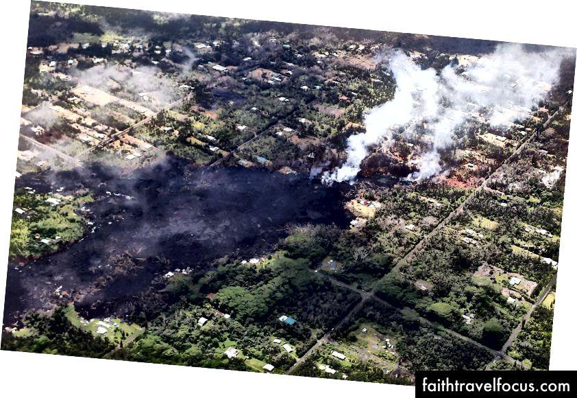 Khói và khí núi lửa bốc lên khi dung nham nguội dần trong khu phố Leilani Estates, sau hậu quả của các vụ phun trào và dung nham chảy ra từ núi lửa Kīlauea trên đảo Hawaii Hawaii. Vog, một đám mây hoặc sương khói chứa khí, khói và bụi từ các vụ phun trào núi lửa, cuối cùng có thể lan rộng từ các vụ phun trào đến các hòn đảo khác ở Hawaii. (Hình ảnh Mario Tama / Getty)