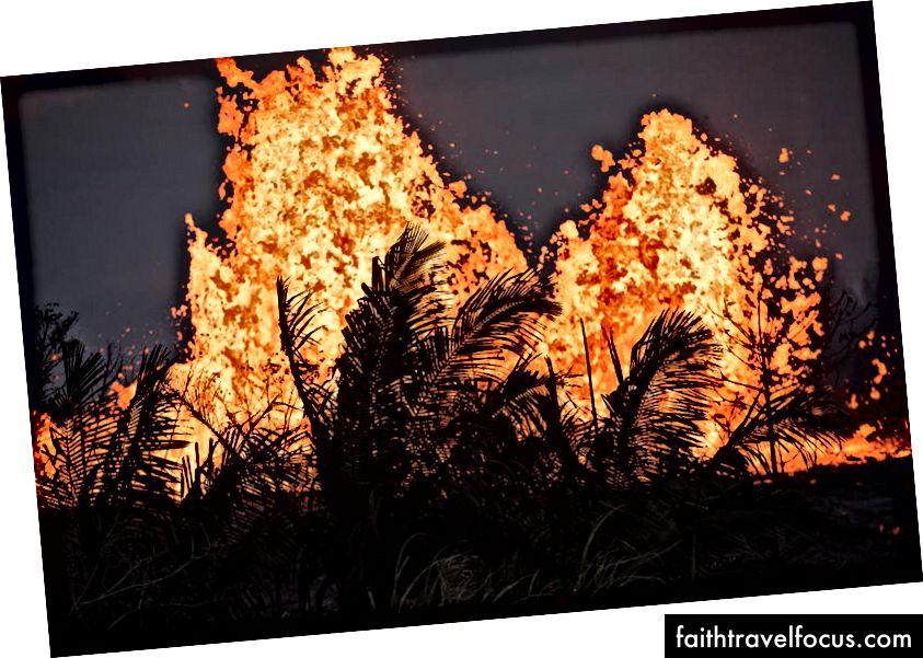 Lava phun ra ở Khu vực Rift Đông K'slauea vào ngày 23 tháng 5 năm 2018 tại Pahoa, Hawaii, giữa những vụ phun trào từ núi lửa Kīlauea. Các nhà khoa học tin rằng hoạt động của núi lửa có thể là tiền thân của một vụ phun trào lớn, tương tự như một vụ xảy ra trên đảo vào giữa những năm 1920. (Hình ảnh Ronit Fahl / AFP / Getty)