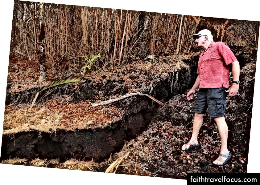 Cư dân Leilani Estates Bill Hubbard kiểm tra vết nứt từ khe nứt núi lửa Kīlauea trong khi kiểm tra một tài sản của người bạn, trên đảo Hawaii, Đảo lớn, vào ngày 26 tháng 5 năm 2018 tại Pahoa, Hawaii. Đảo Lớn, một trong tám hòn đảo chính tạo nên tiểu bang Hawaii, đang phải vật lộn với việc đặt khách du lịch sau khi núi lửa Kīlauea phun trào. (Hình ảnh Mario Tama / Getty)