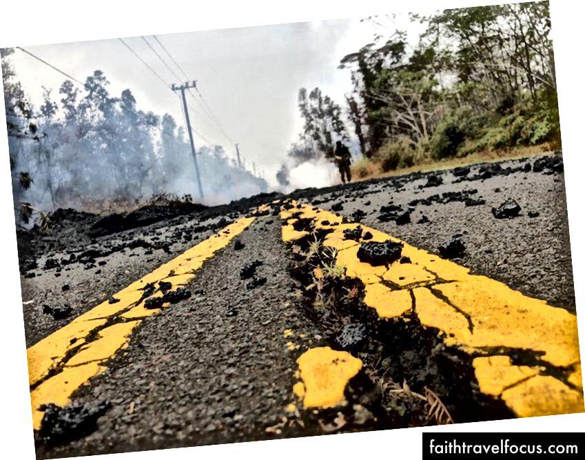 Một con đường bị hư hại trong vùng ava dung nham được nhìn thấy vào ngày 9 tháng 5 năm 2018 tại Leilani Estates trên Đảo Lớn ở Hawaii. - Kīlauea, một trong những núi lửa hoạt động mạnh nhất trên thế giới và là một trong năm ngọn núi trên đảo, bắt đầu phun trào vào ngày 3 tháng 5 năm 2018. Một trận động đất mạnh 5 độ dưới sườn phía nam của nó trước một vụ phun trào ban đầu, sau đó là một trận động đất mạnh 6,9 độ richter vào tháng 5 lần thứ 4. Một số dư chấn nghiêm trọng đã xảy ra kể từ đó. (Gianrigo Marletta / AFP / Getty Images)