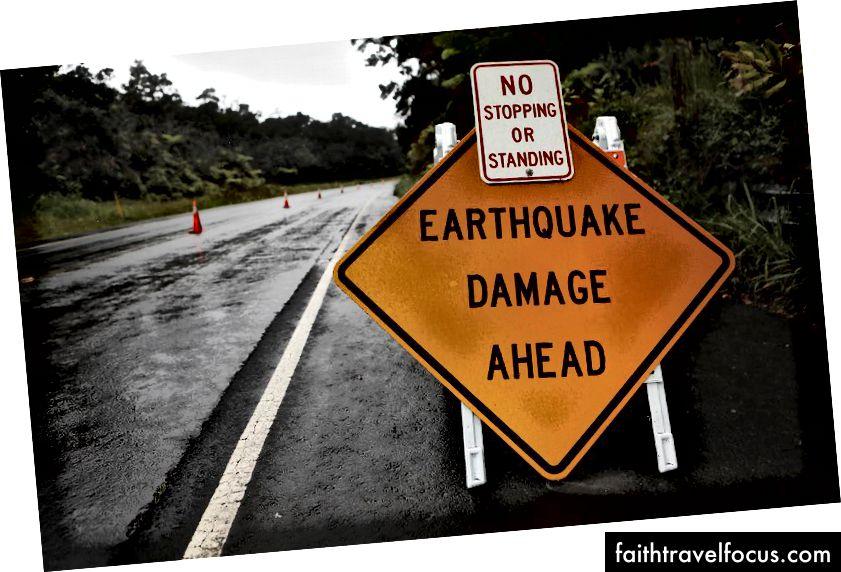 Một dấu hiệu được đăng cảnh báo về thiệt hại do động đất đối với con đường từ hoạt động địa chấn tại núi lửa Kīlauea trên Đảo Hawaii Hawaii vào ngày 17 tháng 5 năm 2018 tại Công viên Quốc gia Núi lửa Hawaii, Hawaii. Cơ quan Khảo sát Địa chất Hoa Kỳ cho biết, ngọn núi lửa đã phun trào bùng nổ, phóng một đám mây khoảng 30.000 feet lên bầu trời. (Hình ảnh Mario Tama / Getty)