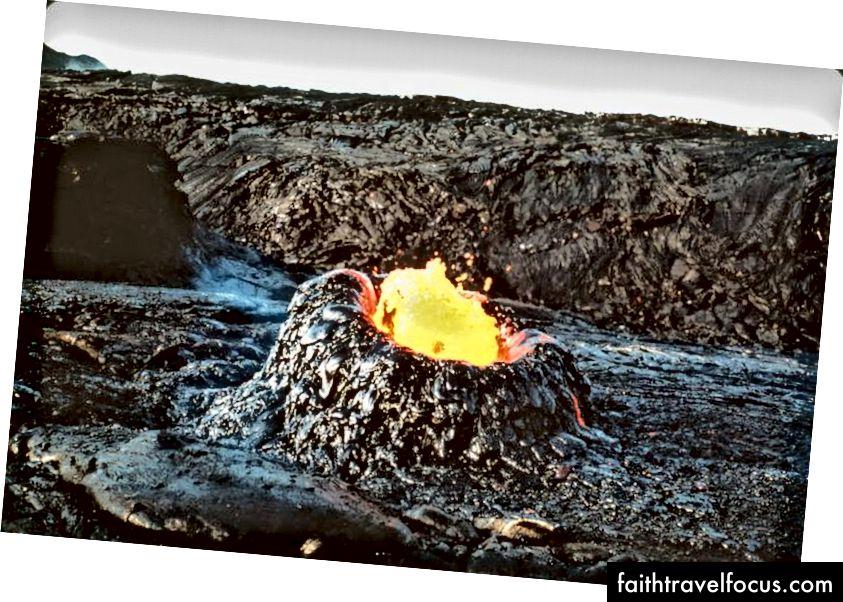 Trong khi thông thường được gọi là trứng ava lava, thì những ống khói dung nham đang phát triển này được gọi chính xác hơn là hornitos, hay driblet spiers, và sẽ rỗng ở bên trong cho dù chúng có cao đến đâu. (USGS)
