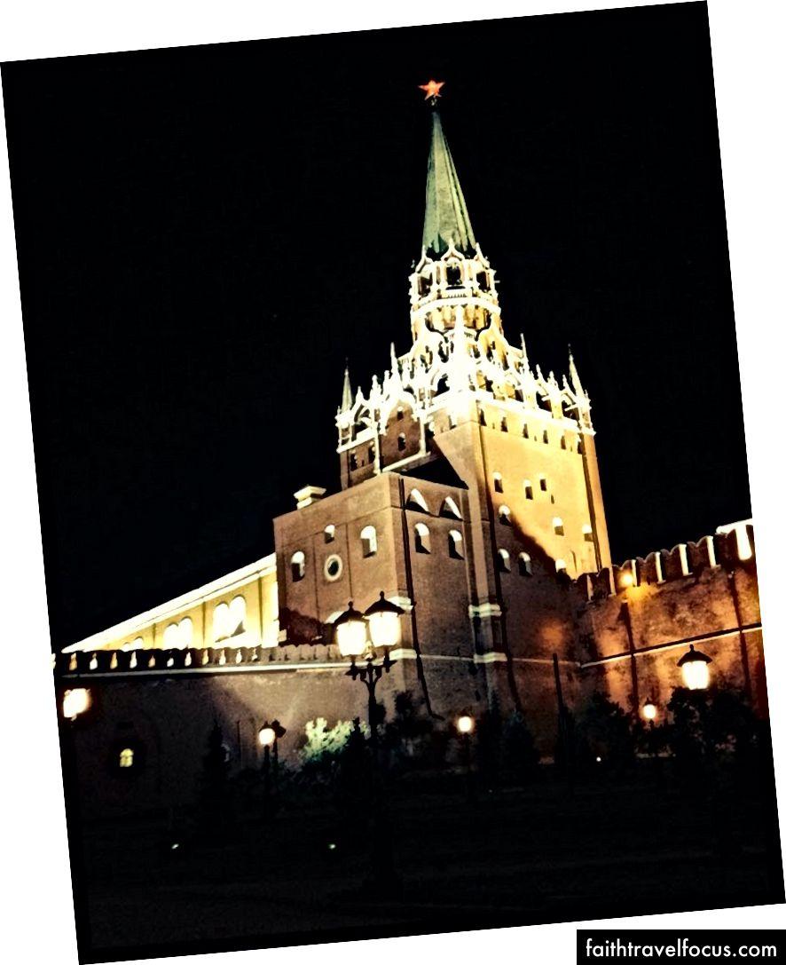 Điện Kremlin Moscow là một khu phức hợp kiên cố gồm các tòa nhà chính phủ, bảo tàng và nhà thờ nhìn ra sông Moskva.