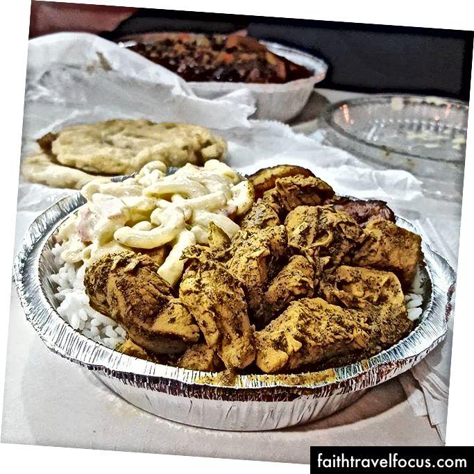 Cà ri gà, chuối chiên, salad mì ống, và đồ đôi tại Ẩm thực vùng Caribbean Caribbean