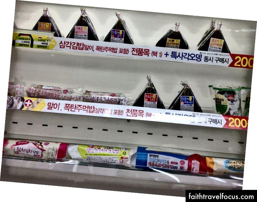 Đồ ăn nhẹ và thức ăn nhanh thông thường được bán tại một cửa hàng tiện lợi của Hàn Quốc. Hình ảnh lịch sự của Sharon Hahn Darlin. (CC-BY-2.0)