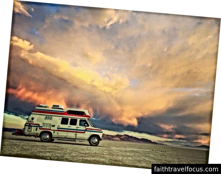 Фургон на пустелі Чорна Скеля.