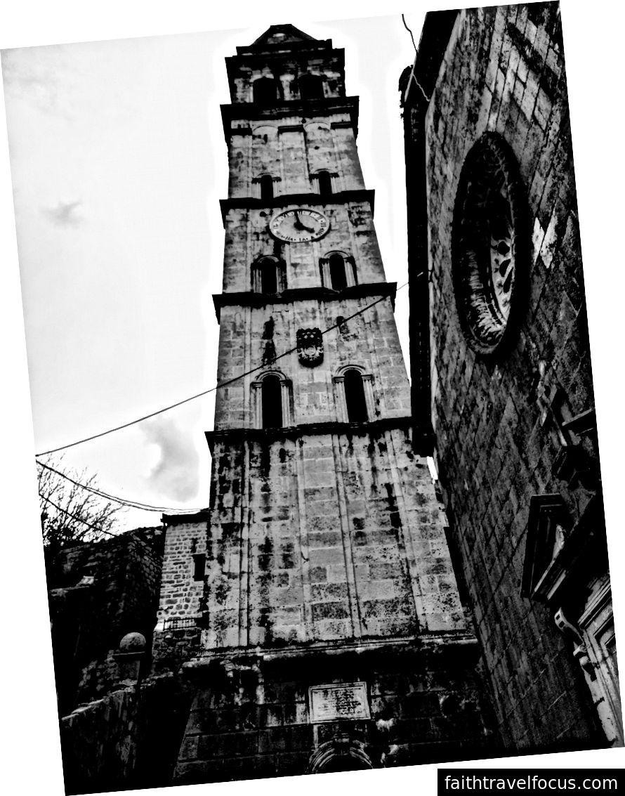 Tháp nhà thờ Perast, được trình bày ở đây trong màu đen và trắng.