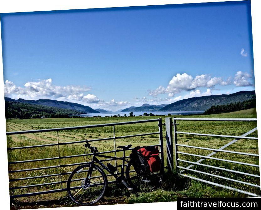 Xe đạp của tôi trước hồ Loch Ness ở Scotland