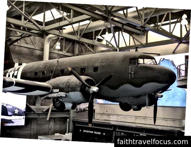 Ulusal II. Dünya Savaşı Müzesi girişindeki önemli sergilerden biri.