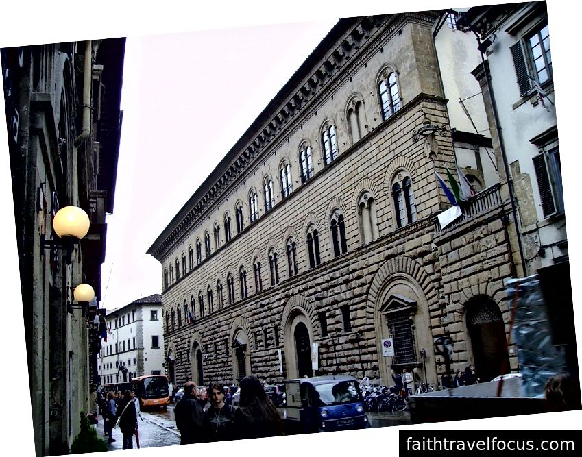 Bức ảnh này cho thấy bên ngoài của Cung điện Medici Riccardi ở Florence. Cấp độ thấp nhất là phù hợp với luật lệ sum sum thời đại cấm các màn phô trương của cải. Tòa nhà của cung điện bắt đầu vào năm 1444. Cấp độ thứ hai trông bớt mộc mạc và tầng thứ ba hiển thị một kết cấu tinh tế, mịn màng hơn trên đá. Bởi Yair Haklai [CC BY-SA 3.0 (https://creativecommons.org/licenses/by-sa/3.0) hoặc GFDL (http://www.gnu.org/copyleft/fdl.html)], từ Wikimedia Commons