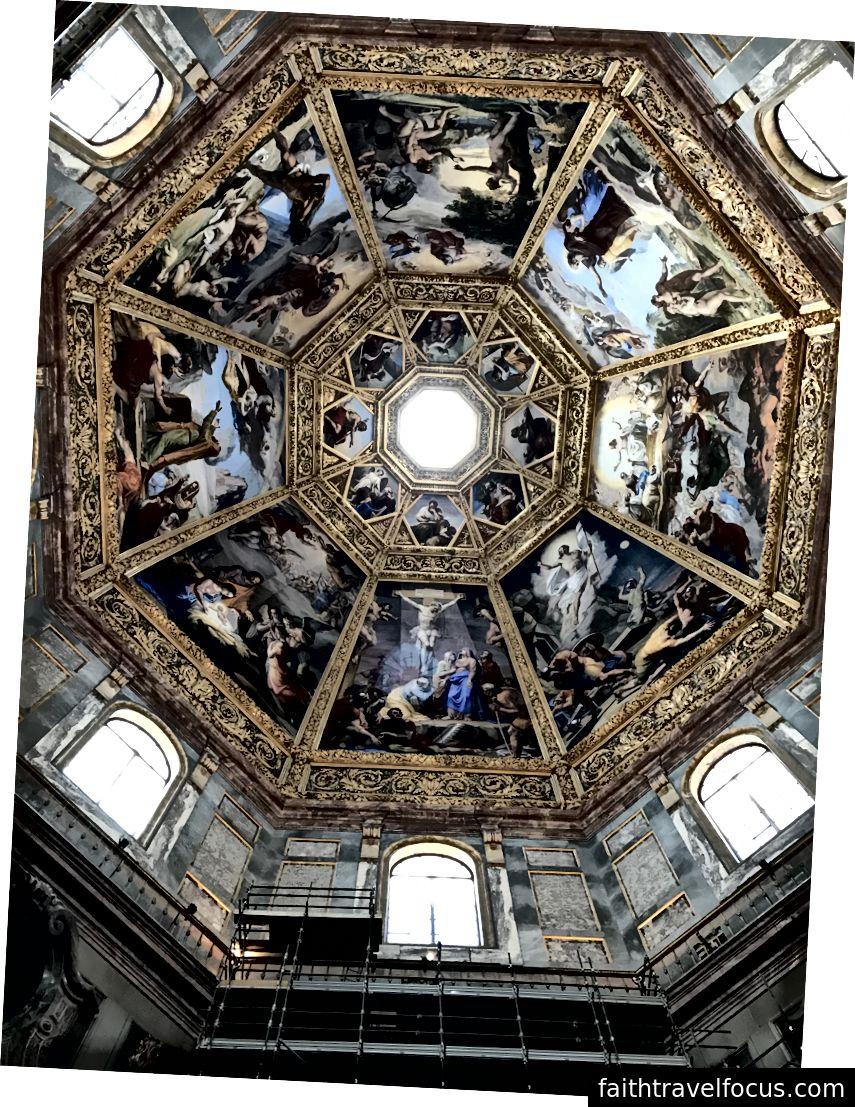 Frescoes vẽ năm 1828 bởi Pietro Benvenutti tô điểm cho mái vòm của lăng mộ của lăng mộ Princes. Triều đại gia tộc Medici cai trị Florence trong nhiều thế kỷ. Mái vòm có những cảnh trong Cựu Ước và Tân Ước. | Ảnh: K. Yung