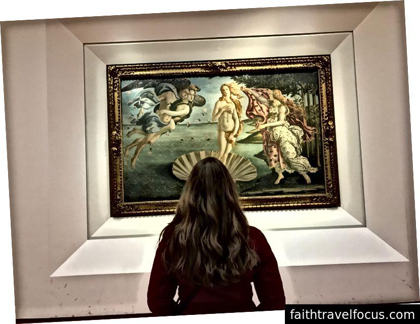 Con gái tôi nhìn vào Sandro Botticelli Điên Sự ra đời của Venus Venus bên trong Bảo tàng Uffizi. Đây là một trong những bức tranh thời Phục hưng nổi tiếng và mang tính biểu tượng nhất. | Ảnh: K. Yung.