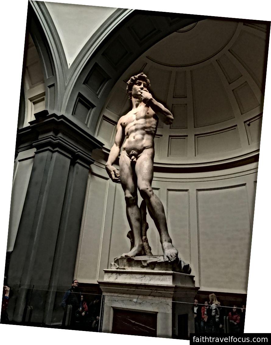 Hãy chú ý những bàn tay quá khổ trên chiếc David do Michaelangelo thiết kế để nhấn mạnh đôi bàn tay giết chết Goliath. Trước khi nó được chuyển đến Accademia vào năm 1873, nó đã đứng ra bảo vệ bên ngoài tòa tháp Palazzo della Signoria, tòa thị chính của thành phố Florence, trong suốt 36 năm qua, một bài báo của Mental Floss. | Ảnh: K. Yung
