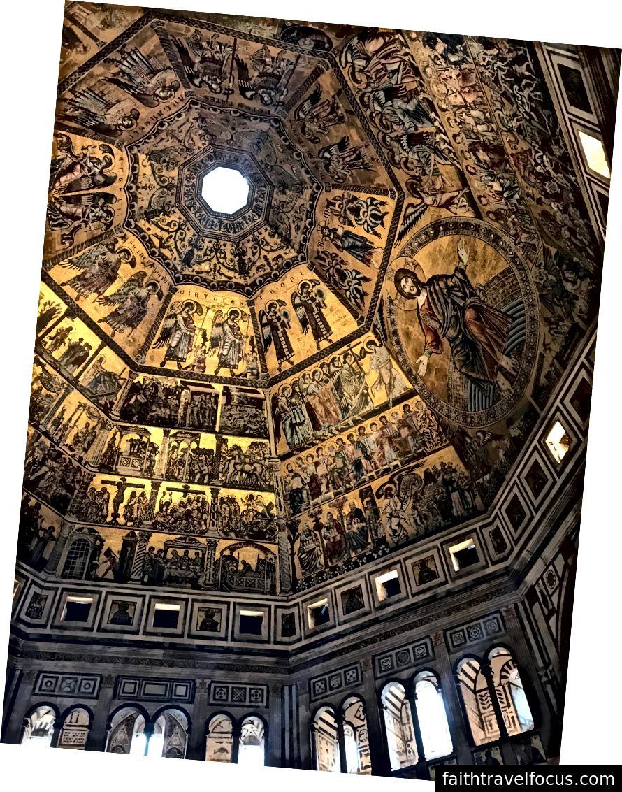Vàng lấp lánh trên trần nhà bên trong nhà rửa tội tại Duomo. Bởi vì nhiều người đến đây chủ yếu để xem Gates of Paradise, họ ngạc nhiên trước vẻ đẹp của nội thất của nhà rửa tội. | Ảnh: K. Yung