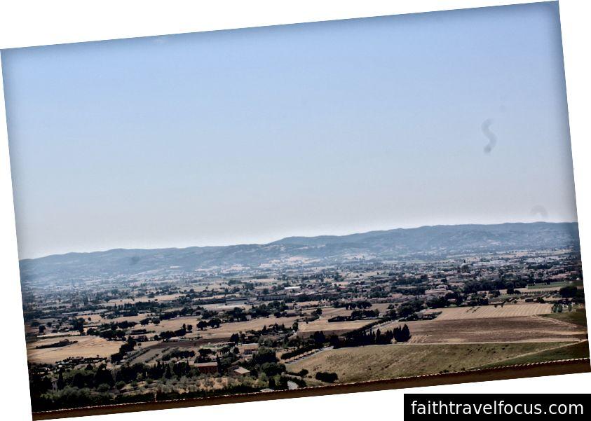 Một cái nhìn của Assisi trên đỉnh một ngọn đồi trong nhà thờ Saint