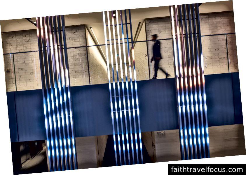 Một người đi lại đằng sau màn hình LED Herald / Harbinger ở cấp độ tòa nhà +15. Ảnh của Brett Gilmour.