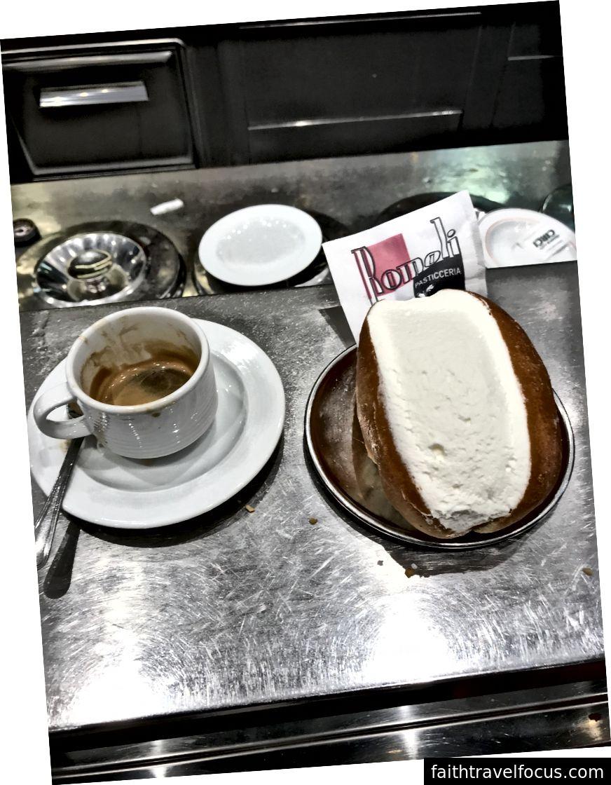 Espresso và cornetto - nhiên liệu bữa sáng của người La Mã