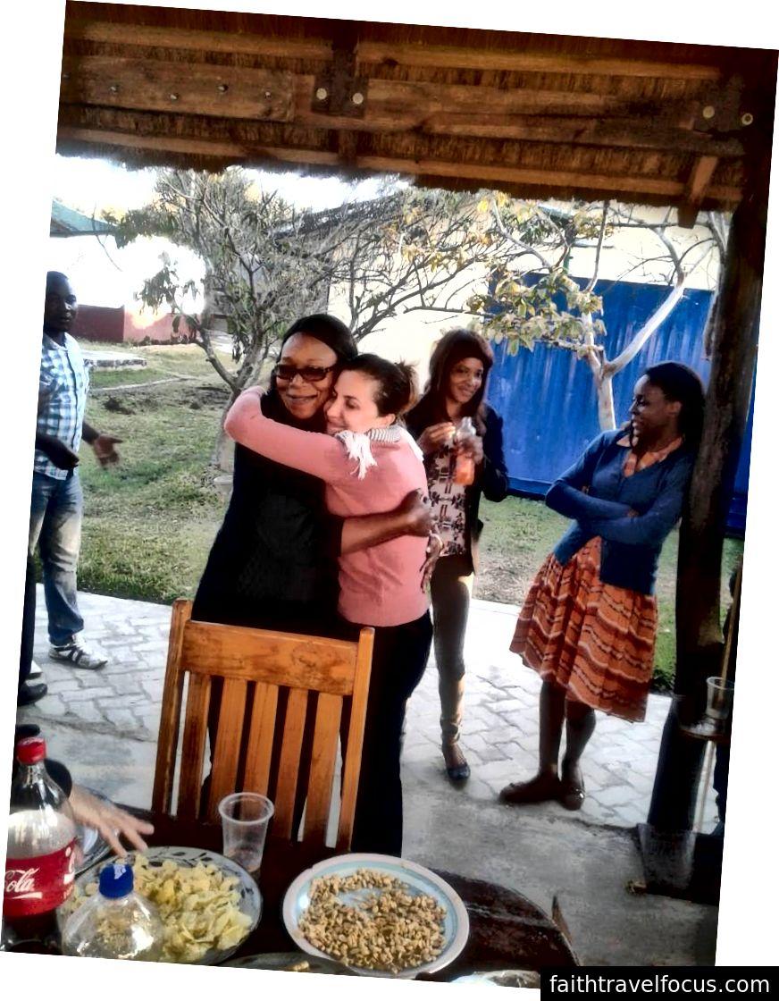 Andrea Bratu đã kết bạn tuyệt vời với các đồng nghiệp của cô tại startup tài chính vi mô châu Phi mà cô tham gia. Và cô cũng tìm thấy mục đích của mình. Ảnh tín dụng: Andrea Bratu.