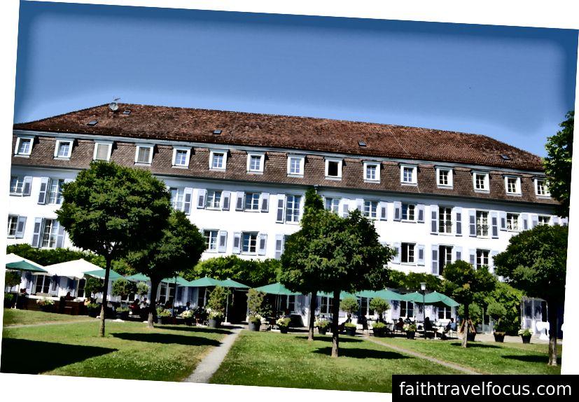 Güzel Überlingen'deki bir otelin önündeki çimen. Kanmayın, şehir ne olursa olsun çimlerin Almanya'nın her tarafına bakışı böyle.