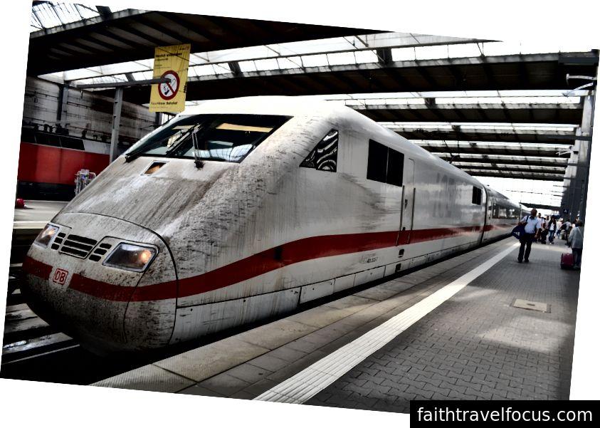 Kısa sürede beni Ulm'den Münih'e götüren yüce ICE Alman hızlı treni. Tek kelimeyle muhteşem! Neredeyse unutuyordum: tuvaletin önüne gidip trenin önü temizlenene kadar 3 dakika sürdü.