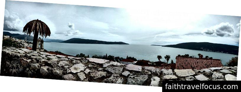 Một cái nhìn toàn cảnh của Vịnh Kotor.