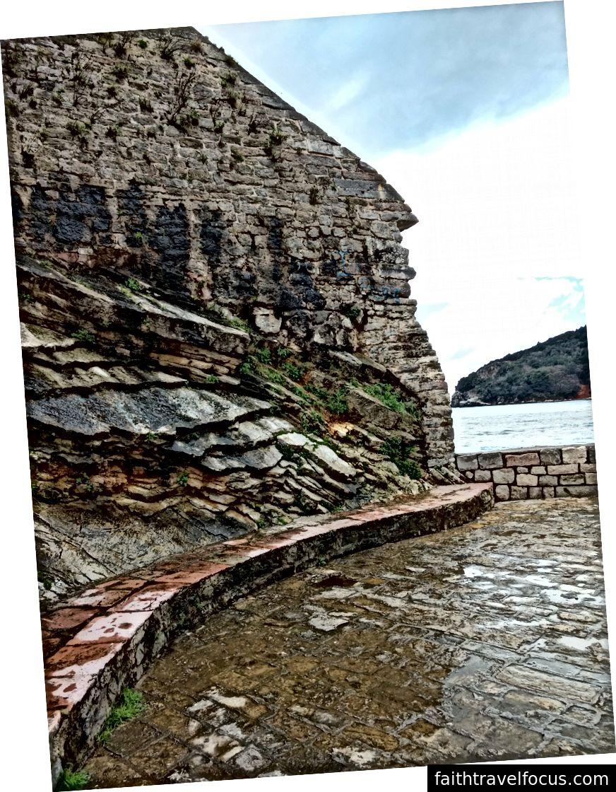 Các bức tường bên ngoài của phố cổ, Budva.