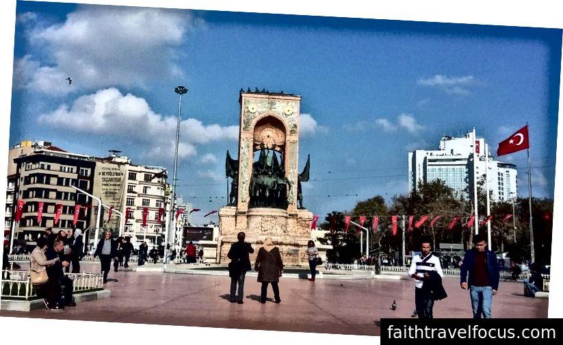 Quảng trường Taksim, Istanbul. Đây là một quảng trường ga đường sắt quan trọng và trung tâm giao thông. Đây là nơi diễn ra nhiều cuộc biểu tình về kế hoạch xây dựng một trung tâm mua sắm trên đỉnh Công viên Taksim Gezi gần đó. Tượng đài là Đài tưởng niệm Cộng hòa 1928.