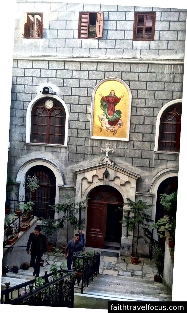 Một nhà thờ Thiên chúa giáo. Trước khi nó bị người Thổ Nhĩ Kỳ chinh phục vào năm 1453, Istanbul, lúc đó được gọi là Constantinople, chủ yếu là nơi sinh sống của các Kitô hữu Hy Lạp. Thành phố vẫn giữ một cộng đồng Kitô giáo Hy Lạp rộng lớn cho đến giữa thế kỷ XX, mặc dù các cuộc bạo loạn sắc tộc trong những năm 1950 đã khiến nhiều người Hy Lạp còn lại rời đi.