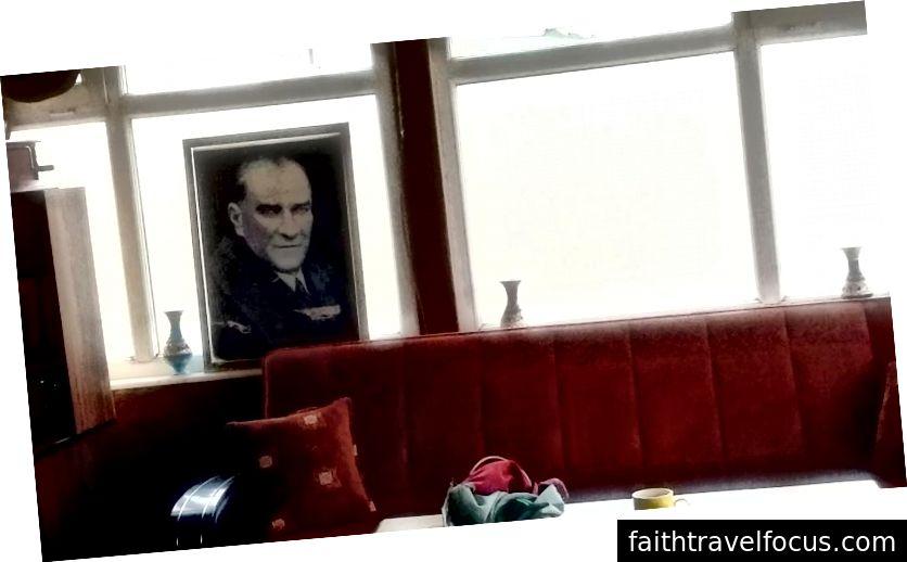 Người sáng lập của Thổ Nhĩ Kỳ hiện đại, Mustafa Kemal Atatürk, người vẫn còn được tôn kính, tại Caravanserai.