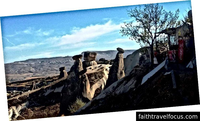 Ürgüp: ống khói cổ tích nhỏ dưới những tảng đá nhỏ
