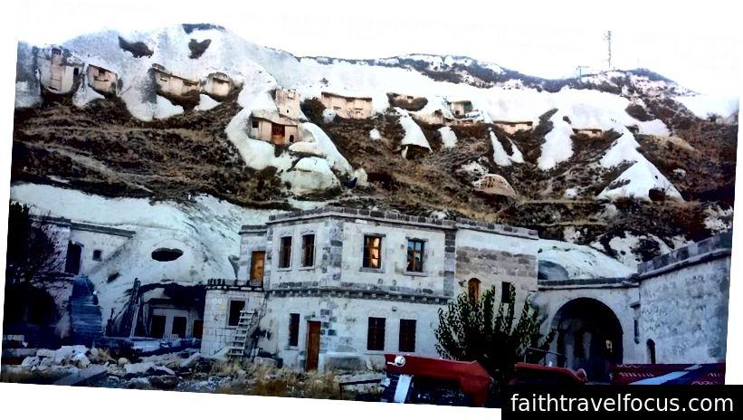 Ürgüp, nhà ở hang động tích hợp với các cấu trúc thông thường hơn. Lưu ý nhà ở xa hơn lên đồi!