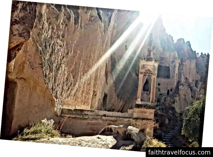 Đền Z12 Valley được thắp sáng bởi ánh mặt trời. Các tia được gây ra bởi ống kính flare, nhưng chúng trông thích hợp!