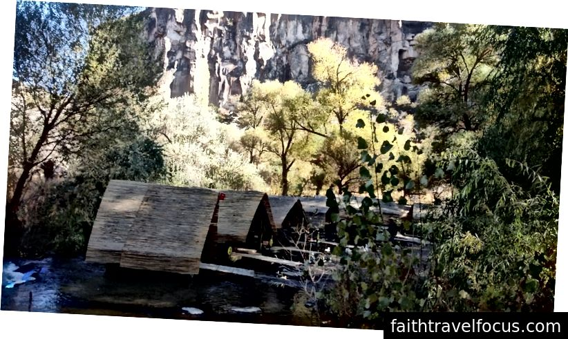 Nhà hàng nổi trong Thung lũng Ihlara, với những vách đá phía sau