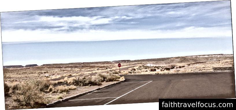 Bãi đỗ xe, biển báo dừng, đường chân trời vô tận, rừng hóa đá AZ 4