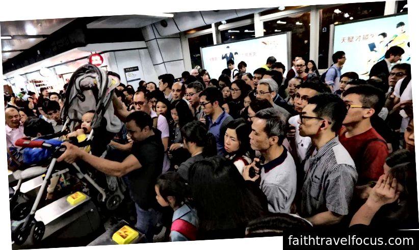 Đám đông Hồng Kông ở lối thoát hiểm