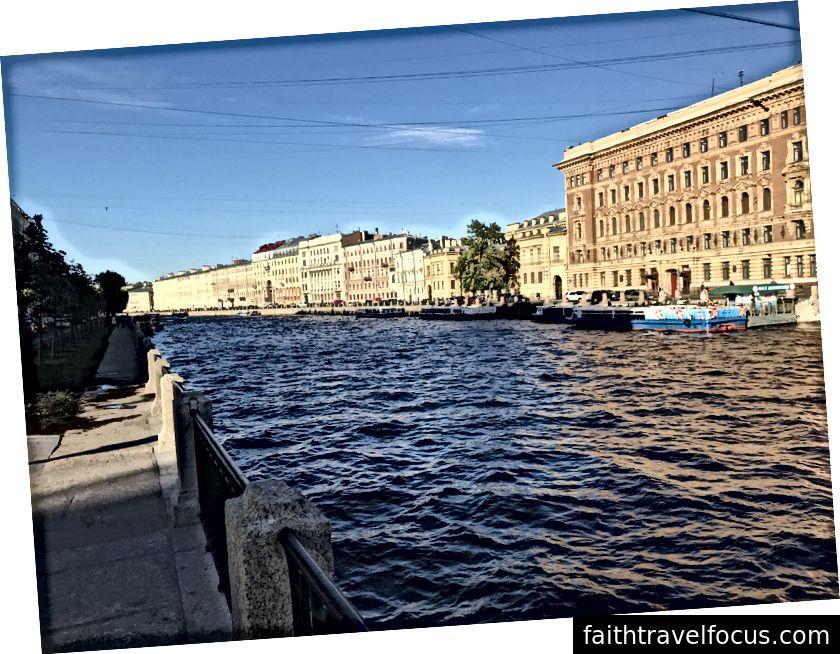 Trái: Lái xe vào Saint Petersburg, qua các di tích và tòa nhà thời Liên Xô. Phải: Trung tâm lịch sử giống như Venice.