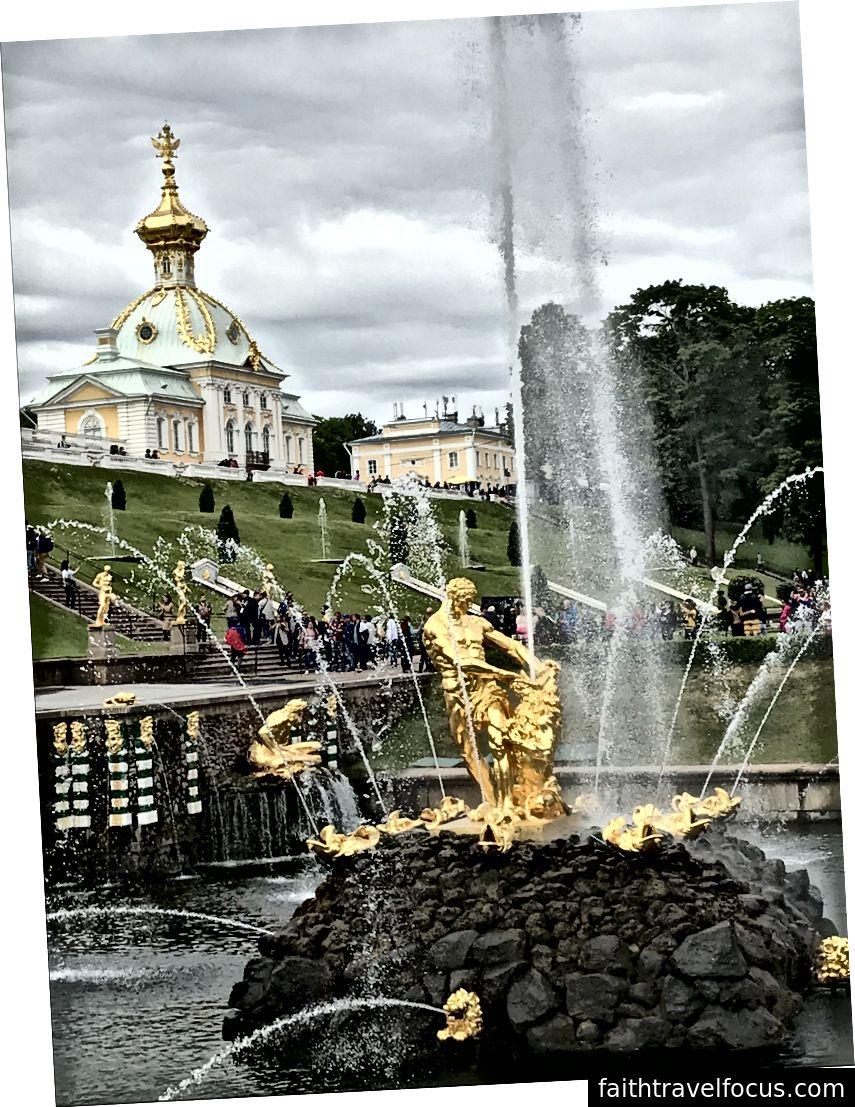 Đài phun nước mạ vàng tại Cung điện Peterhof.