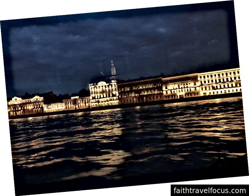 St Petersburg vào ban đêm, nhìn từ sông Neva.