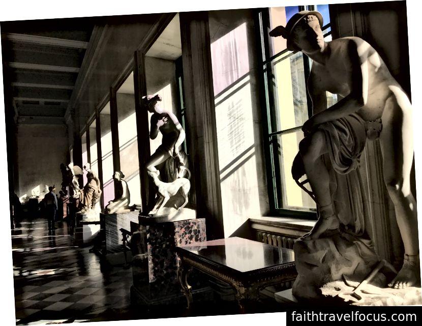 Bảo tàng Hermitage (trái), tác phẩm của Leonardo da Vinci (giữa) và một trong nhiều phòng điêu khắc (phải).