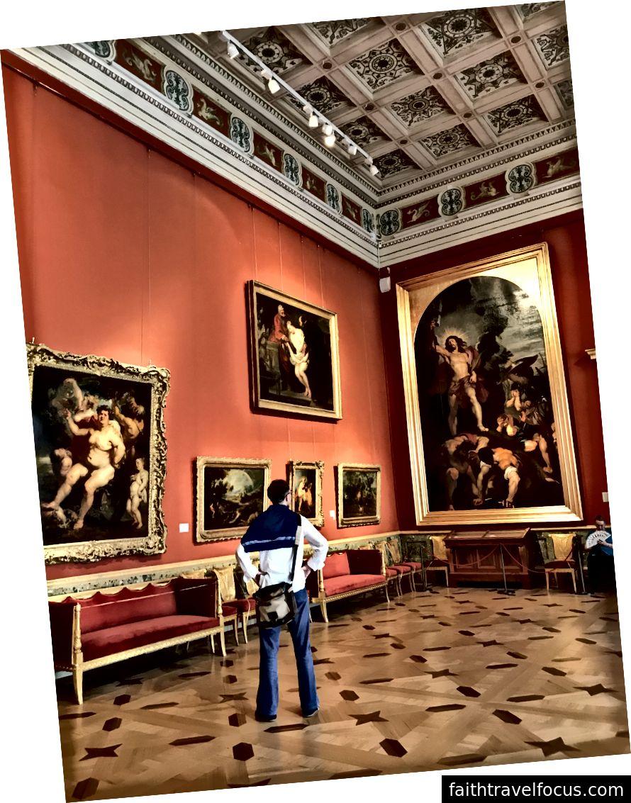 Andrey ngưỡng mộ tác phẩm nghệ thuật của Rubens bên trong Bảo tàng Hermecca.