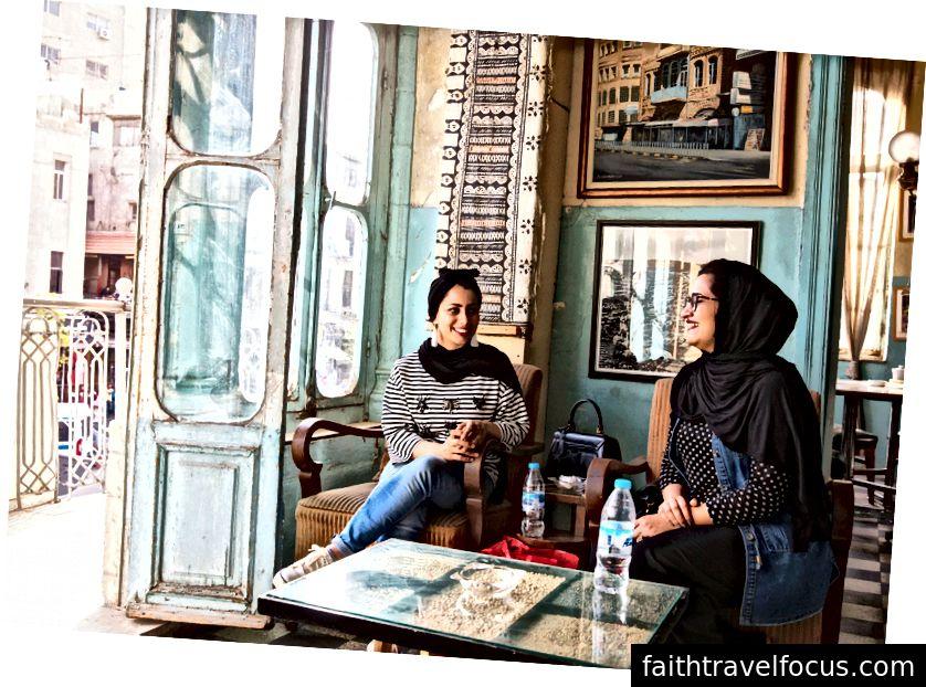 Hai người bạn bắt gặp tại Duke Stew Diwan, một quán cà phê địa phương ở thủ đô.