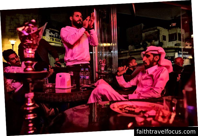 Khắp nơi ở Amman, bạn ngửi thấy mùi táo của ống shisha.
