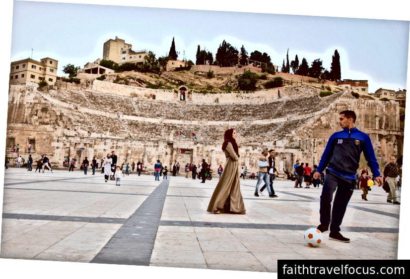 Trung tâm Hashemite ở trung tâm thành phố Amman, gần đây đã được cải tạo vào năm 2014 và được đặt theo tên của hoàng gia Jordan, với những tàn tích của Nhà hát La Mã được khắc vào ngọn đồi phía sau nó.