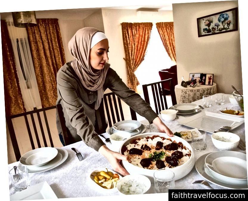 Chủ nhà của Airbnb Experience Experience Shereen Mankash là một huấn luyện viên múa bụng và đầu bếp chuyên về các món ăn nông dân truyền thống của Syria.