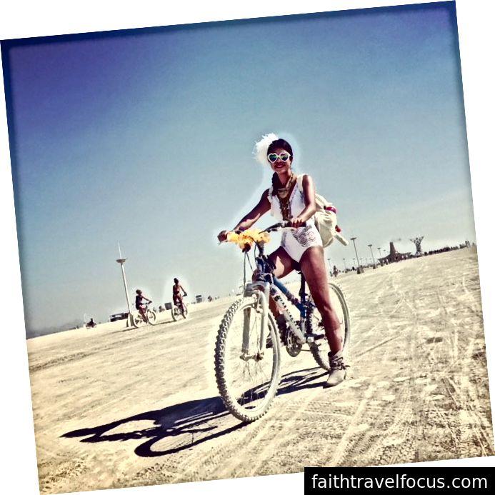 Tôi, cuối cùng cũng học được cách đi xe đạp trong độ tuổi 30 của tôi tại Burning Man.