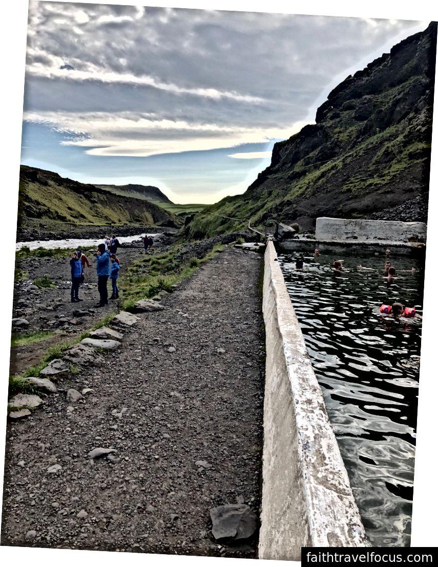 Seljavallalaug, hồ địa nhiệt lâu đời nhất ở Iceland. Được xây dựng vào năm 1923