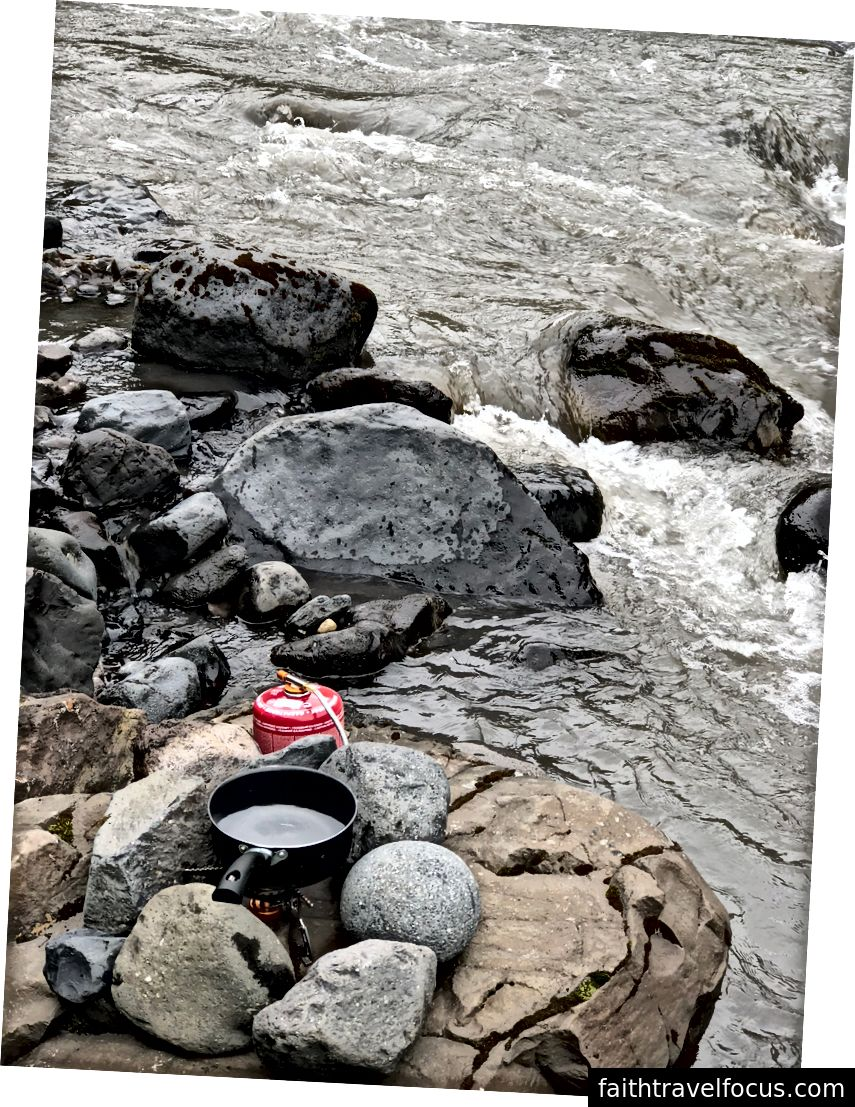 Đun sôi nước trên sông cho mì ống