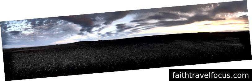 Siyah kum tepeleri ufukta her yöne yayıldı